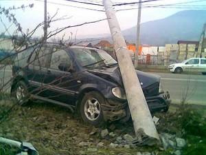 accident-masina-stalp-bucium