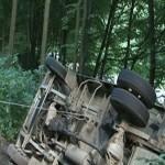 Autoutilitară răsturnată la Ciuruleasa după ce a acroșat un buștean rostogolit pe șosea