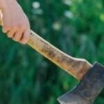 Un bărbat de 50 de ani din Mogoș a lovit cu toporul în cap un bătrân şi a fugit de la locul faptei