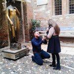 Un tânăr din Abrud a îngenuncheat lângă Statuia Julietei din Verona și i-a jurat iubire veșnică iubitei sale, o tânără din Roșia Montană