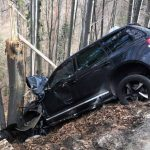 Un tânăr de 31 de ani din județul Timiș a scăpat doar cu răni ușoare, după ce era cât pe ce să cadă cu mașina în prapastie, pe DN 74, la Dealu Mare
