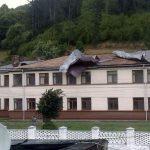 O parte din acoperișul Spitalului Orășenesc din Abrud a fost distrusă de furtuna violentă din această după-amiază