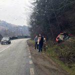 Un autoturism a ieșit în decor și s-a răsturnat în șanțul de pe marginea DN 74, la Cărpiniș