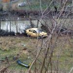 """Un autoturism a """"plonjat"""" peste marginea DN 74A, la Cărpiniș, și s-a oprit pe malul Râului Abrud"""