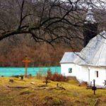 Apa otrăvită din iazul de la Valea Şesii distruge încet și sigur Biserica din Vința, veche de peste 200 de ani
