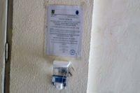 La Abrud a început operațiunea de montare a dispozitivelor cu soluții dezinfectante, în toate cele 68 de scări de bloc din oraș